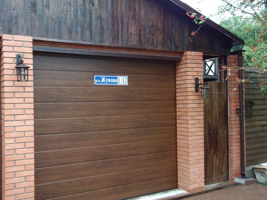 секционные ворота под дерево